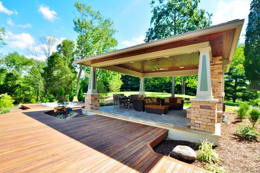 Không gian hài hòa hơn khi sử dụng gạch giả gỗ lát sân vườn